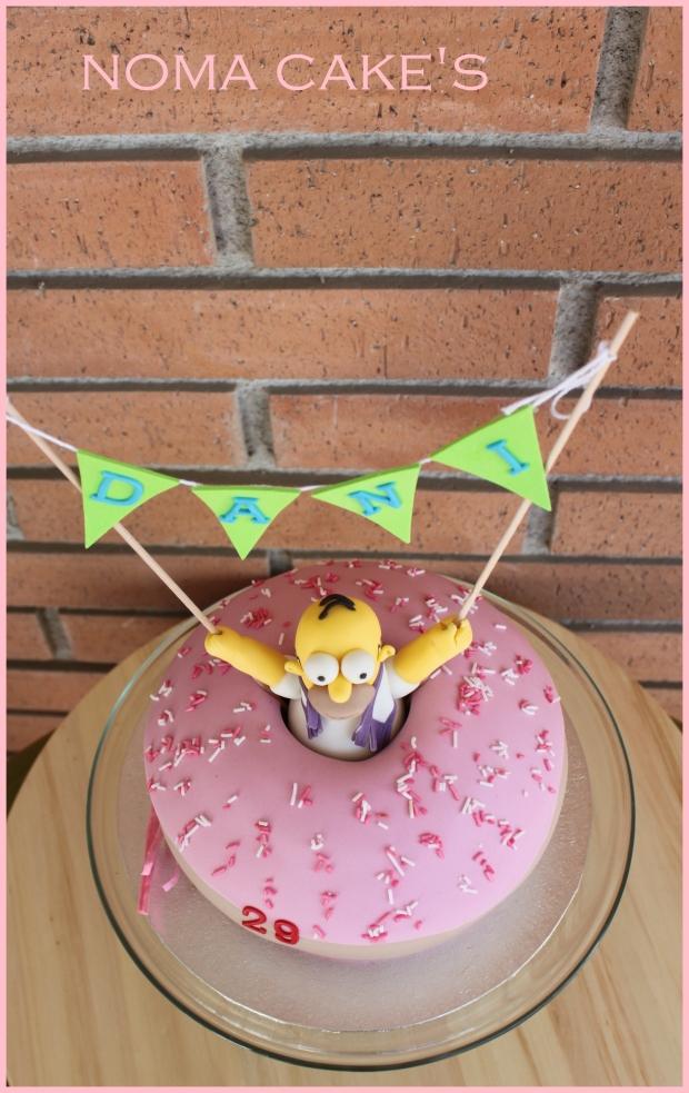 A Dani le gustan mucho los Simpson, así que Noelia, su pareja,  no dudo en pedir para su tarta de cumpleaños la rosquilla de Hommer.   Era un bizcocho de limón relleno de frambuesa.